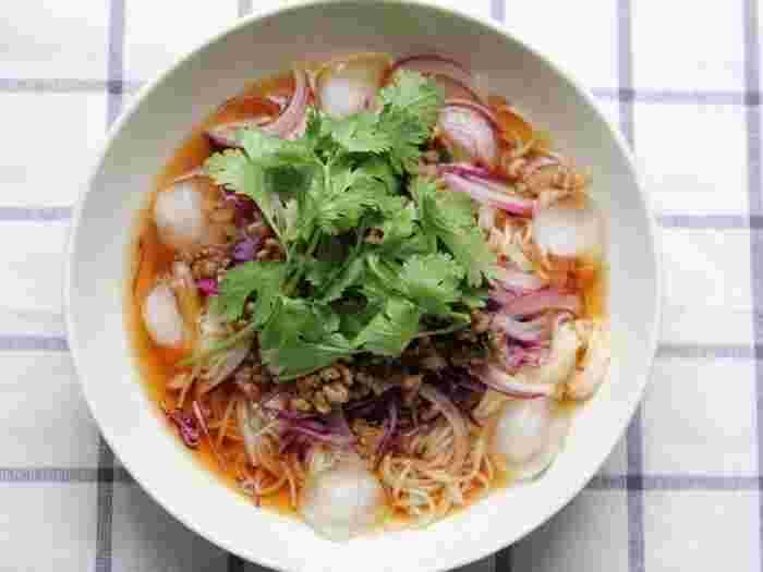 素麺で作るエスニック麺のレシピ。あっさり素麺に、レッドカレーで味付けしたそぼろをプラス。暑い時期に食べたい、爽やかだけど辛さのパンチがきいたエスニック麺です。