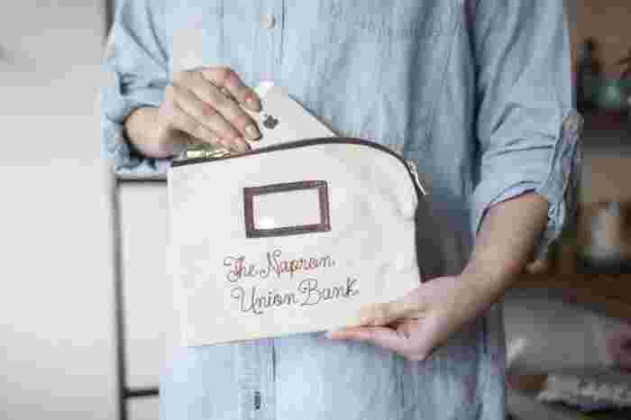 銀行用のコインバッグをイメージしたデザインの薄型ポーチです。キャンバス地なので丈夫。ロック式の金具が使われているので、バッグの中で勝手に開いて中身を失くしちゃうという心配もなし。