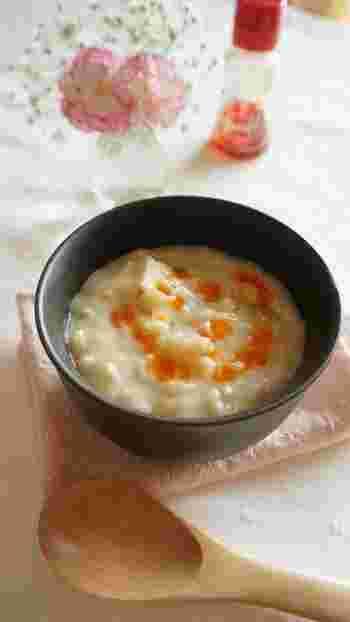 最後に豆乳と豆腐を加えた、とろりとまろやかな仕上がりのおかゆ。このレシピでは、ごまドレッシングでコクを出していますが、白すりごまでもいいそうです。お好みで。
