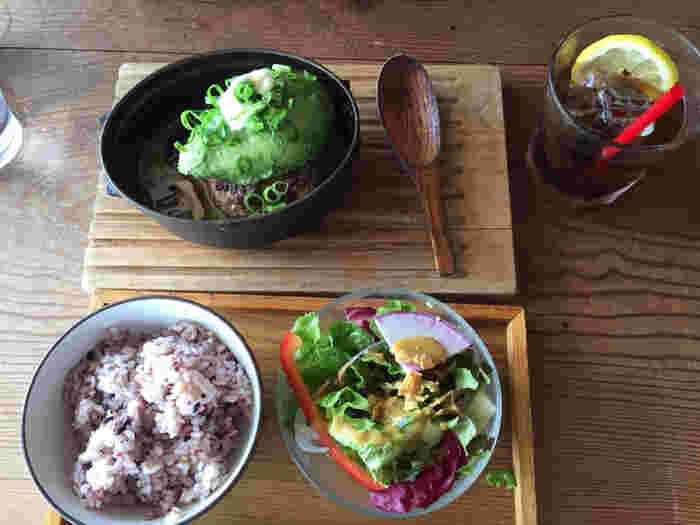 定番人気のランチメニューは、アボカドハンバーグ。サラダとご飯がセットで付いており、食べ応えたっぷりです。