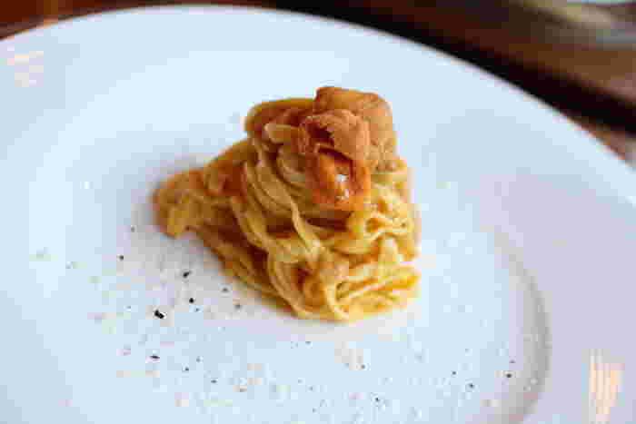 メニューはランチ・ディナーともにコースのみ。北海道産の雲丹を贅沢に使ったパスタなど、旬の食材で作られたお料理をゆっくり堪能できます。