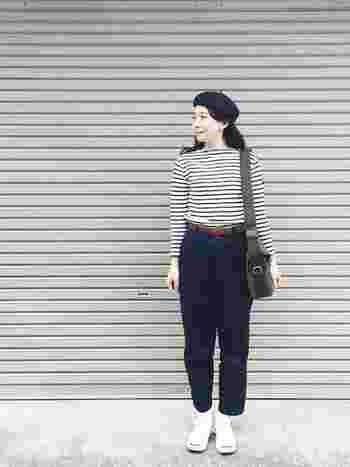 デニムパンツとの組み合わせもハイウエストで履くだけで、印象的なスタイルが作れます。