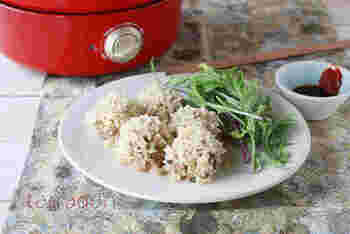 もち米、豚ひき肉、小ねぎを使ったしゅうまいは、グリルポットに付属の蒸し網を入れ熱湯を注ぎ、 丸く切ったクッキングシートの上にしゅうまいを並べスイッチON!食卓でできたてアツアツの中華おかずが楽しめます。