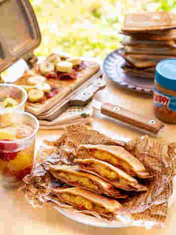 直火で使えるホットサンドメーカーを持参するのもいいアイデア。カリッと焼けた薄焼きパンとあつあつジューシーな具材のハーモニーが絶妙です。冷たい飲み物とともに。ちなみにこちらは、エルビスプレスリーが好きだったサンドイッチだとか。