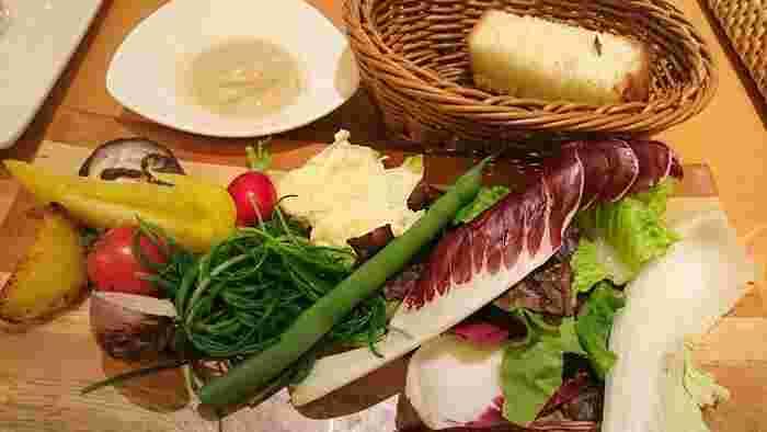 【画像は「ヤマガタ サンダンデロ」のパスタランチに付くバーニャカウダ。新鮮で色鮮やかな山形産の野菜を楽しむことができます。】