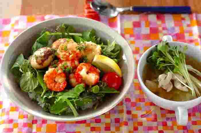 ハワイで人気のガーリックシュリンプを丼ものにしたレシピ。エビの殻を事前に向いておくと、手を汚すこともなくパクパクと食べられます。ニンニクの香りが食欲をそそります♪