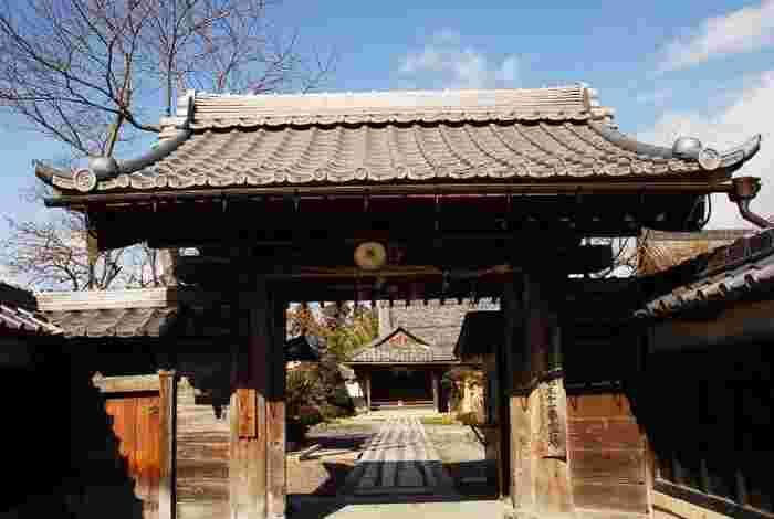 総持寺は、奈良時代の高僧、行基によって創建された真言宗の仏教寺院で、滋賀県屈指の牡丹の名所として親しまれています。