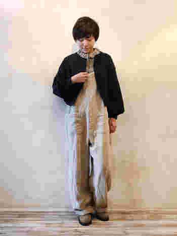 ワークなイメージのオーバーオールに、あえてフリルのブラウスを合わせたスタイル。ボーイなスタイルにちょっぴり女性らしさを演出するコーデは、この春注目の着こなしです。
