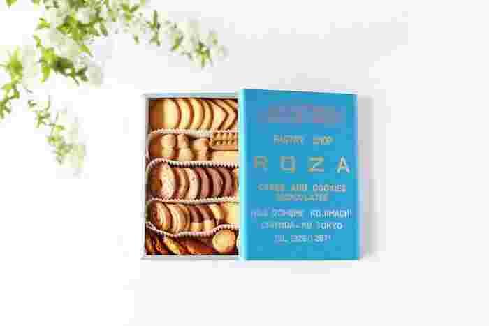 """東京都千代田区麹町の半蔵門駅からほど近い場所にある、""""ローザー洋菓子店""""。知る人ぞ知るこのお店のクッキー缶は、予約しないと買えない人気ぶりだとか。  目にも楽しい色々な形のクッキーが綺麗に並んでいますが、どれも上品で素朴な味。ひと口でふわっと卵と小麦粉が香る...コーヒーや紅茶のお供には、そういったクッキーが一番ですよね。  涼しげなブルーのクッキー詰め合わせの箱は、これからやって来る暑い夏にも涼を届けてくれそうですね。"""