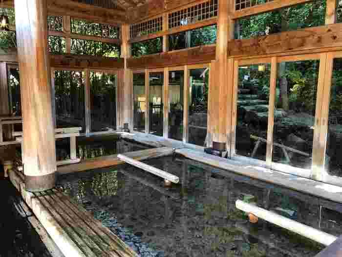 大浴場には内湯や寝湯、壷風呂。露天は檜露天、岩露天の2種類。その他3つの貸切風呂など、家族でゆったりリラックスできるお風呂も豊富です。高アルカリ性で湯上りしっとりツルツルになる美肌の湯をご堪能ください。