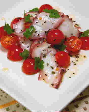 茹でタコ、トマト、バジルをオリーブオイルとお酢で混ぜ合わせて作る、ぱぱっと作れるおつまみのレシピ。ブラックペッパーがぴりりと効いた、大人のサラダです。