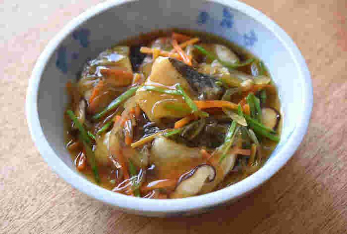 ショウガの効いた野菜あんかけをからりと揚げたタラにかけると、寒い冬に食べたいアツアツおかずの出来上がりです。
