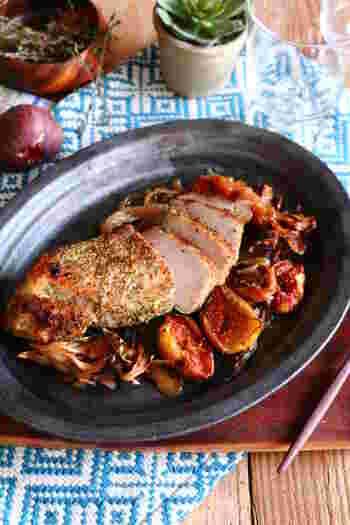 グリル料理は、オーブンにおまかせで本当にラク。豚かたまり肉といちじくやぶどう、舞茸をいっしょに焼く、インパクト満点のスペシャル料理です。素晴らしいごちそうになりそうですね。
