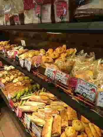 店内には、焼きたてのパンがずらりと並んでいます。こちらのお店はテイクアウト専門で、お散歩途中にふらりと立ち寄ってパンを買って行かれる方もいらっしゃるようです。
