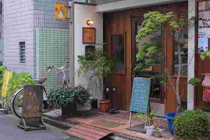 東大路通沿い、知恩院前交差点近くにある「喫茶六花(きっさろっか)」は、オーナーファミリーで営む喫茶店です。
