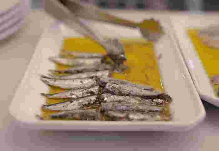 似ていて違いがわかりにくい「オイルサーディン」と「アンチョビ」。どちらも魚の保存食ですが、簡単にいうとオイルサーディンは「マイワシやウルメイワシなどの調理済みの油漬け」、アンチョビは「カタクチイワシを塩漬けにして熟成させた油漬け」となります。