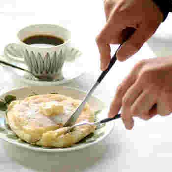 ナイフとフォークを扱う手元もきれいに見せてくれるのが嬉しい。北欧モダンな食器と共に優雅なひとときを。