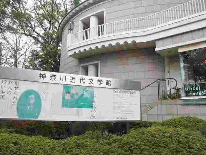 1909(明治42)年、東京生まれ。持病の喘息のために、33歳の若さで亡くなりました。執筆活動は教員の仕事の傍らに行っており、専業作家になるため退職したのも死ぬわずか4か月前であったため、残された作品はわずかです。  しかし、その数少ない作品は高く評価されており、「森鴎外の再来」「第二の芥川龍之介」とも言われているんだとか。