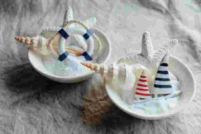 靴をしまう時も、扉のある靴箱なら、新聞紙を棚に敷いておくと良いですよ。そして除湿と消臭に効果があるのが、重曹。口の広いグラスやカップなどに重曹を入れて、靴箱の中に置いておくだけでOK。扉の無いシューズラックなどの場合は少しアレンジして、重曹を砂に見立てて貝と一緒にお皿に乗せれば、小さな砂浜のように。ハッカ油を少し垂らして爽やかな香りを加えると、玄関がぐっと素敵な印象になります。