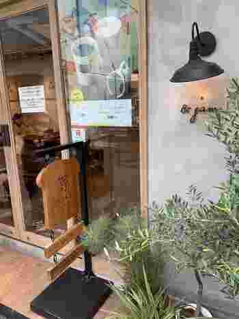 そして、「嵜本」に併設するカフェ「&jam by SAKImoto 」も同様に一体化する予定です。こちらは特製のジャムやエシレバターをつけて、「嵜本」の食パンをその場で味わえるお店になっています。