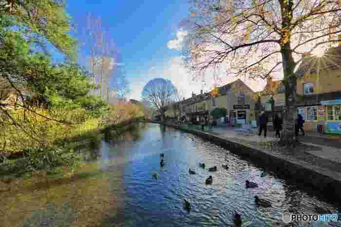 ボートン・オン・ザ・ウォーターは、数多く点在するコッツウォルズ地方の村中でも特に人気がある村の一つです。