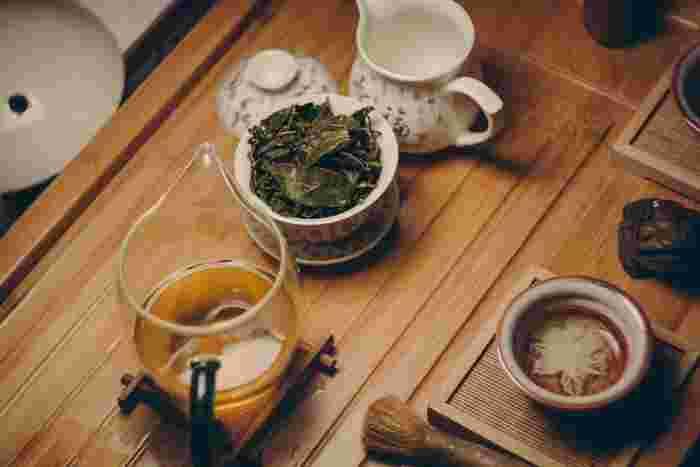フワッと漂うお茶の香りに癒されるのはいかがでしょうか。アロマポットのように使う茶香炉がリラックスタイムにオススメです。  茶葉を下からの熱で香らせると、自然なお茶の香りを楽しめます。煎茶やほうじ茶などでもOKです。  アロマオイルもお香もいいけれど、お茶の香りは和の心に響きそうですね。