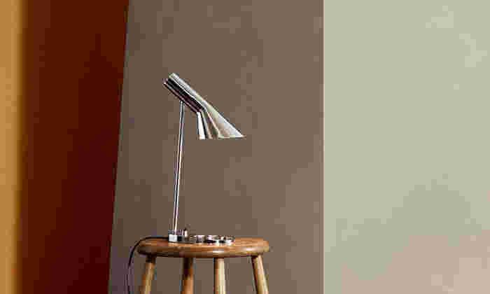 AJテーブルランプは、アルネヤコブセンが生み出した名作。シャープでスタイリッシュなデザインがモダン空間を作ります。小さめなので、デスクや寝室のサイドテーブルなど、さりげなく置いておくことができます。光沢のあるステンレスが大人な雰囲気で素敵ですね。
