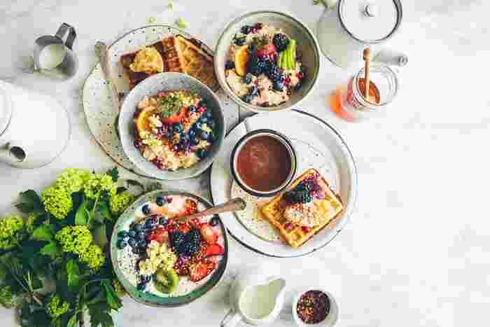 ブランチで食べる料理は、基本何でもOK。たとえば、休日のブランチが当たり前のニューヨークでは、「スクランブルエッグ+ベーコン、ベーグル」といったシンプルな食事もあれば、「フルーツたっぷりのパンケーキ」といったボリュームのある食事も摂られています。時間のある休日だからこそ、1日の始まりである朝をゆっくり迎えることができます。そんなときに、いつもよりちょっと凝ったブランチを食べれば、気持ちの良い1日を過ごせるはず。 素敵な1日の始まりにぴったりな、ブランチにおすすめのレシピとお店をご紹介しましょう。
