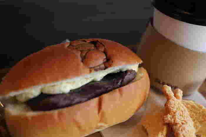 「大平製パン」の人気商品がこちらのコッペパン。ふわふわのパンに好みの具材を入れてもらうことができます。 パンにつけられたキャラクターの焼き印がとってもキュートです♪