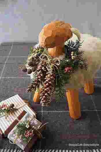 羊のオブジェもリースでおめかし。ふわふわの綿や木の質感と、ナチュラルなリースが調和しています。