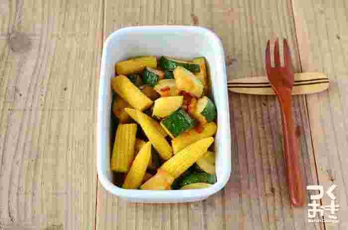 ズッキーニと相性抜群のヤングコーンで、作りおきもOKのサラダ♪味付けに醤油を使うことで、野菜の甘みが引き立ちます。オリーブオイルのさわやかな風味も合わさり、暑い日にぴったりです!