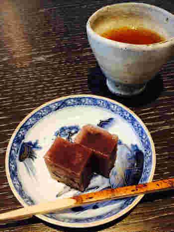 食後は、加賀棒茶と金沢のお菓子で。
