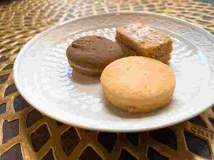 バニラ生地のバニーレ、チョコレート生地のショコラーデ、シナモン生地のリンツァーと3種類のクッキーが詰めあわされています。いずれもしっとりした食感と間に挟まれたコンフィチュールなどのコラボレーションが楽しめる、上品な焼き菓子です。日持ちは2週間ほどなので、購入したら早めにお渡ししましょう。