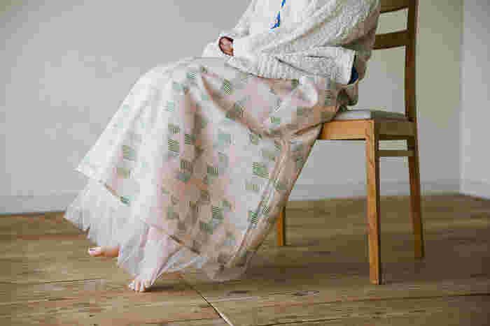 ふんわりやわらかな生地があったら作りたい、フレアスカート。写真のように中にチュールスカートを入れるとよりふんわりと。シルエットがきれいだから、1枚で主役になりますよ。