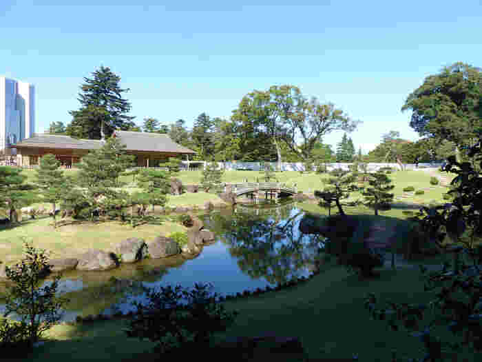 玉泉院丸庭園は、三代目の加賀藩主、前田利常によって1634年から作庭が始められた池泉回遊式の大名庭園です。その後、歴代の藩主によって次々と手を加えられましたが、明治時代に入ると廃藩置県による金沢城の廃城と共に玉泉院丸庭園も廃絶となりました。しかし、2015年に往時の面影を忠実に再現した姿に再現されました。