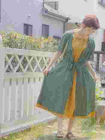 ワンピースにワンピースを羽織った個性的なスタイルも、優しい色合い同士なら着こなしやすくておすすめです♪