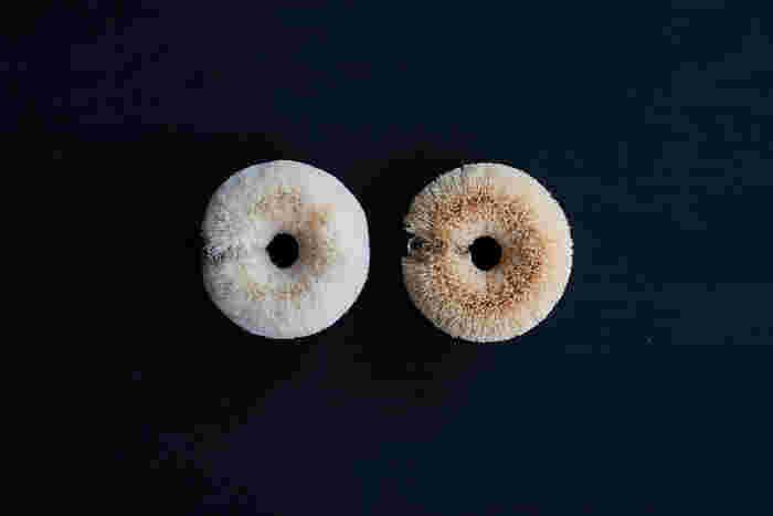 1907年(明治40年)から100年以上続いている老舗の(株)亀の子束子西尾商店の、まるでベーグルのような可愛らしい形をした、サイザル麻のたわし(画像左)と、ホワイトパームのたわし(画像右)。