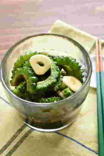 夏野菜のゴーヤとにんにくで作る、お手軽保存食。  フレッシュなにんにくの風味と酢醤油でさっぱりといただけます。スタミナUPはもちろん、ビタミンCたっぷりのゴーヤで美容にも◎!