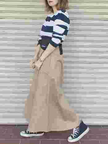 ロング丈のチノスカートは女性らしいシルエット。 太ボーダーやウエストポーチはカジュアルになりがちなアイテムですが、スカートを組み合わせることによってやさしさも感じられるコーデに。