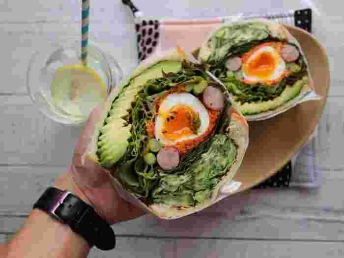 サンドイッチも時間のある休日には、これぐらいボリュームたっぷりな物を作ってみたいですね♪ アボカド・フリルレタス・キャロットラペ・ゆで卵・アスパラ・ウインナー・キュウリ…お腹いっぱい!