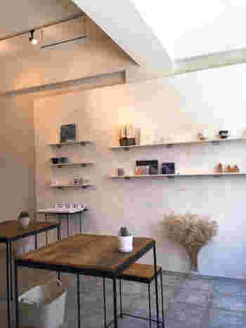 神戸の元町の古いビル… 足元の小さい看板を頼りに3階までのぼると、白を基調としたほんわか優しい空間が現れます。「toiro」は、「コフクカフェ」の店長と「アトリエギャラリー はるひ」の店長が始めたギャラリーカフェです。 1ヶ月に1度のペースでギャラリーの展示が変わるので、訪れる度に新たな出会いがありますし、ワークショップなども興味深いですよ。 Facebookでチェックしてみて下さい。 お隣の「ツバクロ雑貨店」も素敵です。