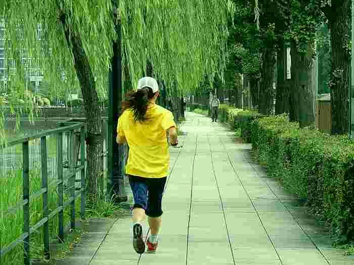 朝ランも流行している朝活のひとつです。朝ランを成功させるには、前日夜のうちにウエアや靴、帽子などをしっかりと準備しておくことが大切になります。目覚めたときのひと手間がなくなると、朝ランに出やすくなりますよね。朝の光を浴びながら景色を楽しんで走ると、心もさっぱりと爽快になります。走る習慣をつけると、体力もつく上、体内時計も正常にリセットされます。