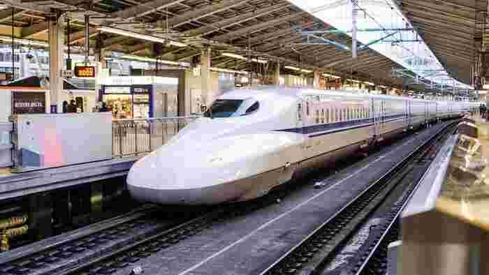 東京駅は改札に入る前、入った後、ともにたくさんのお店やおいしいものが並んでいます。さらに、新しい商品もどんどん出ています。「どんなお菓子が好きだったかな?」と、家族や友人など渡す相手の事を考えながら選べるように、今回は、東京駅で買える人気の「帰省みやげ」を色々とご紹介します。