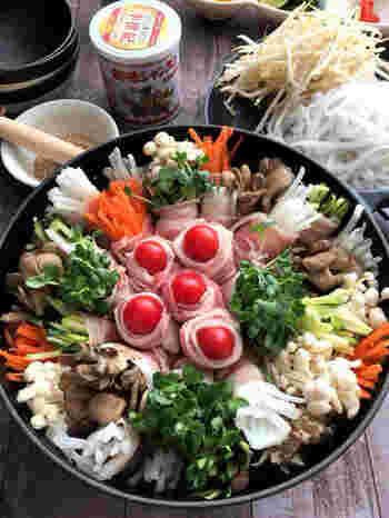 野菜やきのこを豚バラでくるくると巻いています。いろんな種類を使うことでカラフルな仕上がりに。肉と野菜を一緒にくるんでいることで、箸で取りやすいのも◎