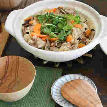 お鍋はもちろんのこと、ご飯を炊いたりしても素敵。1~2人用の小さめサイズと、3~4人用のサイズがあります。