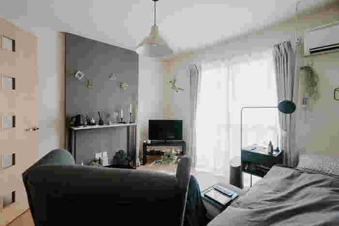 メイン照明にペンダントライトを選ぶ時は、低く吊るしてしまうと頭にぶつかったり、照らす範囲も狭くなって生活しにくくなってしまいます。吊るす位置を低くしすぎないこと、また、十分な明るさを補える補助照明を使って、暮らしに必要な明かりを確保しましょう。北欧モダンなお部屋に馴染むモノトーンの照明を選ぶことで、昼間はオブジェとしても楽しめます。