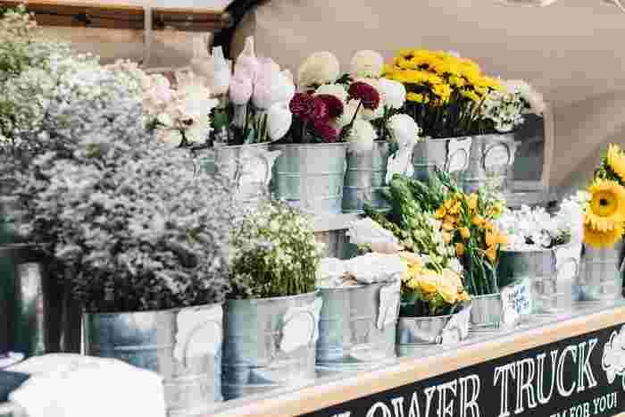 一輪の花でも部屋にあるだけでなんだか癒される。そう感じたことはありませんか?いい香りの花は香りでも癒してくれますし、色の持つパワーにも人を癒す力があると言われています。自分の好きな花、その時飾りたいと思ったものを飾り、ぼんやり眺めてみてください。