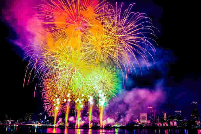 なにわ淀川花火大会は、大阪市内の夏の夜を彩る風物詩です。大阪市内にはなにわ淀川花火を鑑賞できるスカイダイニングレストランが数多くあるため、花火鑑賞を楽しみながらディナーをいただくのもおすすめです。
