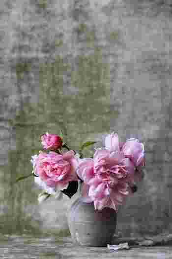 バラなどの花首をグッタリさせてしまった経験がある人はきっと多いはず。  「水切り」しないで簡単にシャッキリと復活させる方法があります。この方法は、先述してきた「水切り」では元気にならない時に、ぜひ試して貰いたい方法です。  「深水(しんすい)」という「水揚げ」法の一つですが、水を深く張って水圧を高めて水を上げる方法です。  グッタリしてしまった花材。諦める前に、ぜひこの「深水」法を試してみて下さい。  用意するのは、新聞紙とバケツ。