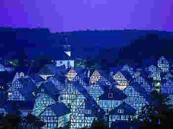 「フロイデンベルク」はガイドブックにあまり掲載されていない街。その特徴は、街全体がモノトーンで統一されていることです。ドイツは木組みの家が多いですが、白と黒でここまで統一されているのはここだけかも?ライトアップされた街並みはおとぎ話の世界から抜け出してきたようです。